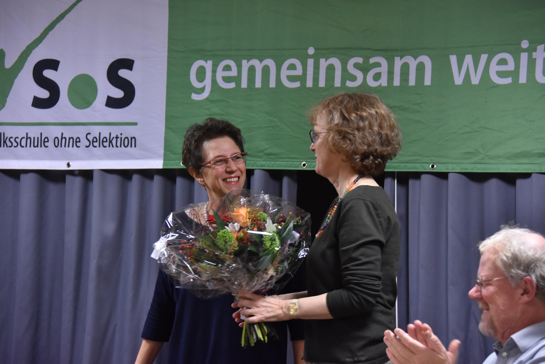 Eva Baltensperger überreicht der neuen Präsidentin Barbara Streit-Stettler nach ihrer einstimmigen Wahl einen Blumenstrauss.